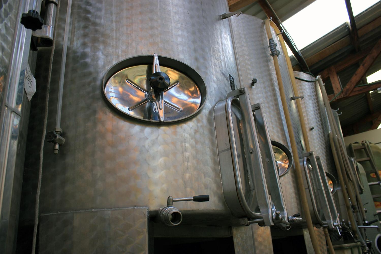 Edelstahltanks im Weinkeller 2